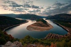 Bewolkte zonsondergang in Arda River, Bulgarije Stock Foto's
