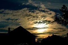 Bewolkte zonsondergang in dorp Royalty-vrije Stock Foto's