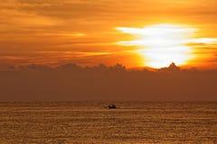Bewolkte zonsondergang in gouden kleuren Royalty-vrije Stock Foto