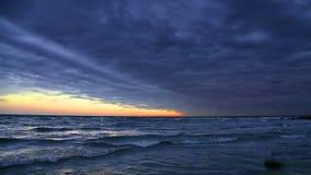 Bewolkte Zonsondergang op de Lijn van Meermichigan stock footage