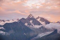 Bewolkte Zonsondergang over de Bergketen en de Gletsjer van Mont Blanc Royalty-vrije Stock Afbeeldingen