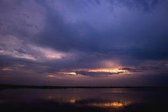 Bewolkte zonsopgang op het visserijmeer Stock Foto