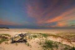 Bewolkte zonsopgang over een stille lagune met wolkenpatronen en orang-oetan Stock Afbeelding