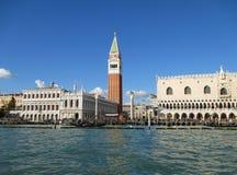 Bewonderend Doge's-Paleis en Klokketorencampanile van Grand Canal, Venetië Royalty-vrije Stock Foto's