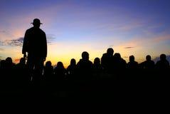 Bewundern Sonnenaufgang der Leute lizenzfreie stockfotografie