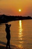 Bewundern Sonnenuntergang der Frau Lizenzfreies Stockbild