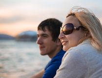 Bewundern Sonnenuntergang der Paare über Meer Lizenzfreie Stockfotos