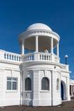 BEXHILL-ON-SEA, SUSSEX/UK DO LESTE - 17 DE OUTUBRO: Mulher que olha para fora Imagem de Stock Royalty Free