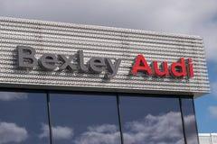 Bexley, Kent/Reino Unido - 25 de março de 2019: Sinal do logotipo de Audi no negócio de Bexley Audi fotografia de stock royalty free