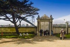 Beylerbeyi宫殿 观看风景宫殿门的访客 免版税库存照片