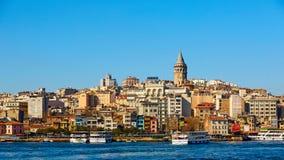 Beyoglu区历史的建筑学和加拉塔塔中世纪地标在伊斯坦布尔,土耳其 免版税图库摄影