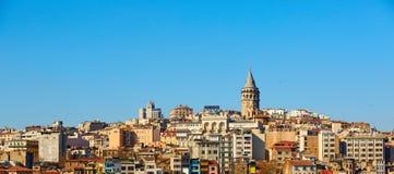 Beyoglu gromadzka historyczna architektura i Galata basztowy średniowieczny punkt zwrotny w Istanbuł, Turcja Zdjęcia Stock