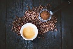 Bez dna filtr z zgrzytnięcie fasolami na czerń stole drewnianej filiżance kawy espresso kawa i kawa piec fasoli Kawy espresso kaw obraz royalty free