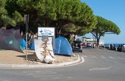 Bez dokumentów wędrownicy protestują w miasteczku Ventimiglia na Fotografia Stock