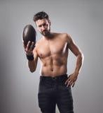 Bez koszuli gracz futbolu z piłką obrazy stock