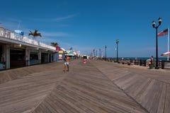 Bez koszuli mężczyzna z Kapeluszowym odprowadzeniem na Boardwalk Obrazy Stock