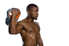 Bez koszuli męskiej atlety podnośny kettlebell Fotografia Royalty Free
