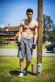 Bez koszuli młody człowiek odpoczywa po treningu plenerowego Zdjęcie Stock