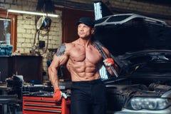 Bez koszuli mechanik w garażu zdjęcia royalty free