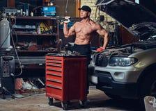 Bez koszuli mechanik w garażu zdjęcie royalty free