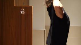 Bez koszuli mięśniowa młoda męska atleta w gym przebieralni zbiory