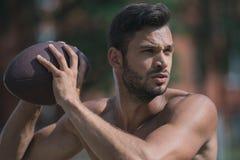 Bez koszuli przystojny męski gracz futbolu z piłką Obraz Stock