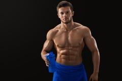 Bez koszuli rozdzierający sportowiec pije po treningu obrazy stock