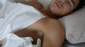 Bez koszuli seksowny samiec model kłama samotnie na jego łóżku zbiory