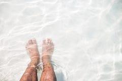 Bezahlt auf dem weißen Sand Lizenzfreie Stockfotografie