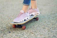 Bezahlt auf Skateboard Stockfoto
