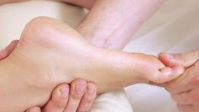 Bezahlt Massagemädchen stock video