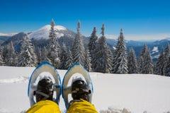 Bezahlt Reisenden in den Schneeschuhen Stockfotos