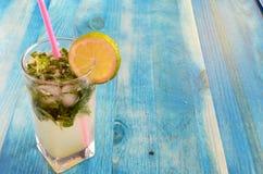 Bezalkoholowi koktajle z owoc na błękitnym backgroun zdjęcia royalty free