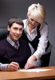 Bezaubern des Geschäftsmannes mit dem Kollegen stockfoto