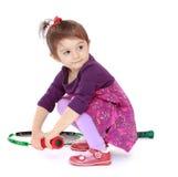 Bezaubern des recht kleinen Mädchens mit Übung lizenzfreies stockbild