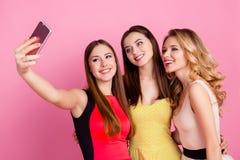 Bezaubern, nette, hübsche Junggesellen, die selfie Foto auf intelligentem pH machen Lizenzfreie Stockfotos