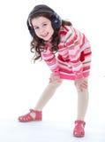 Bezaubern und sehr musikalisches Tanzen des kleinen Mädchens. stockfoto