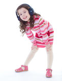 Bezaubern und sehr musikalisches Tanzen des kleinen Mädchens. stockfotografie