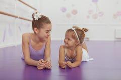 Bezaubern von zwei jungen Ballerinen, die an der Ballettklasse üben lizenzfreie stockbilder