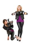 Bezaubern von zwei Mädchen mit der Kamera Lizenzfreies Stockfoto