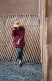 Bezaubernde blonde Dame, die auf hölzernem Zaun sich lehnt Stockbilder
