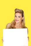 Bezaubernde blonde Frau mit einem leeren Zeichen Stockfotografie