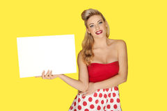 Bezaubernde blonde Frau mit einem leeren Zeichen Stockbilder