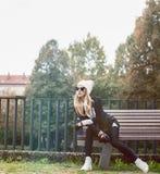 Bezaubernde Blondine auf der Straße Städtische Mode Schwarzweiss-s lizenzfreies stockbild