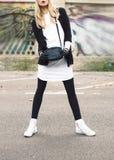 Bezaubernde Blondine auf der Straße städtische Modeart lizenzfreies stockfoto
