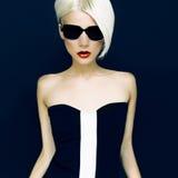 Bezaubernde Blondine auf schwarzem Hintergrund stockbild