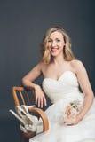 Bezaubernde Braut, die ihre Brautschuhe anzeigt Stockfotos