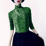 Bezaubernde Brunettefrau in der modernen Bluse mit Schlangendruck stockfotografie