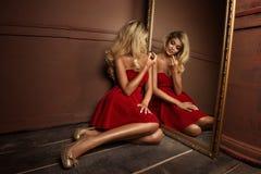 Bezaubernde curvy blonde Frau Lizenzfreie Stockfotografie