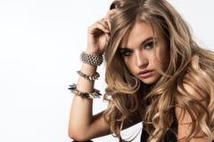 Bezaubernde curvy blonde Frau Stockfotografie